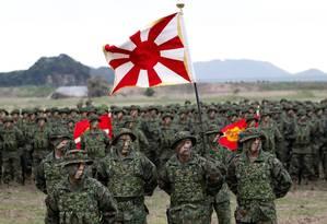 Soldados da brigada anfíbia japonesa em cerimônia no Campo Ainoura, em Sasebo Foto: ISSEI KATO / REUTERS