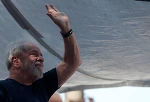 O ex-presidente Luiz Inacio Lula da Silva acena em São Bernardo do Campo Foto: Leonardo Benassatto / Reuters