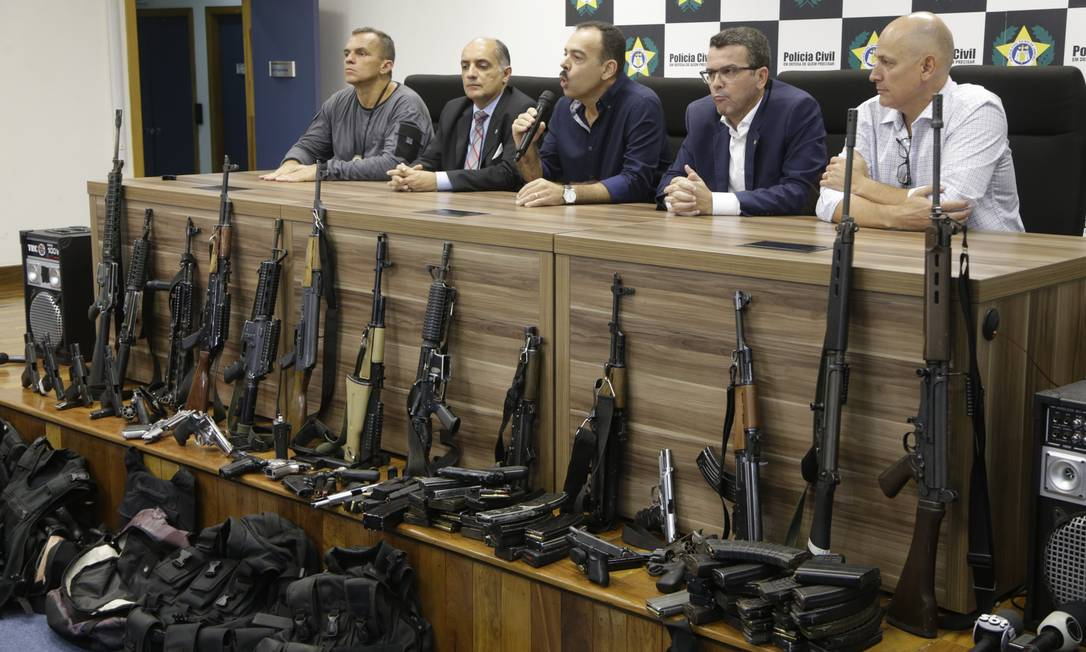 Parte do material apreendido durante operação contra milícia em Santa Cruz Foto: Gabriel Paiva / Gabriel Paiva / Agência O Globo