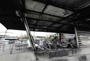 A estação do BRT Cesarão 3 foi incendiada por bandidos Foto: Antônio Scorza / Agência O Globo