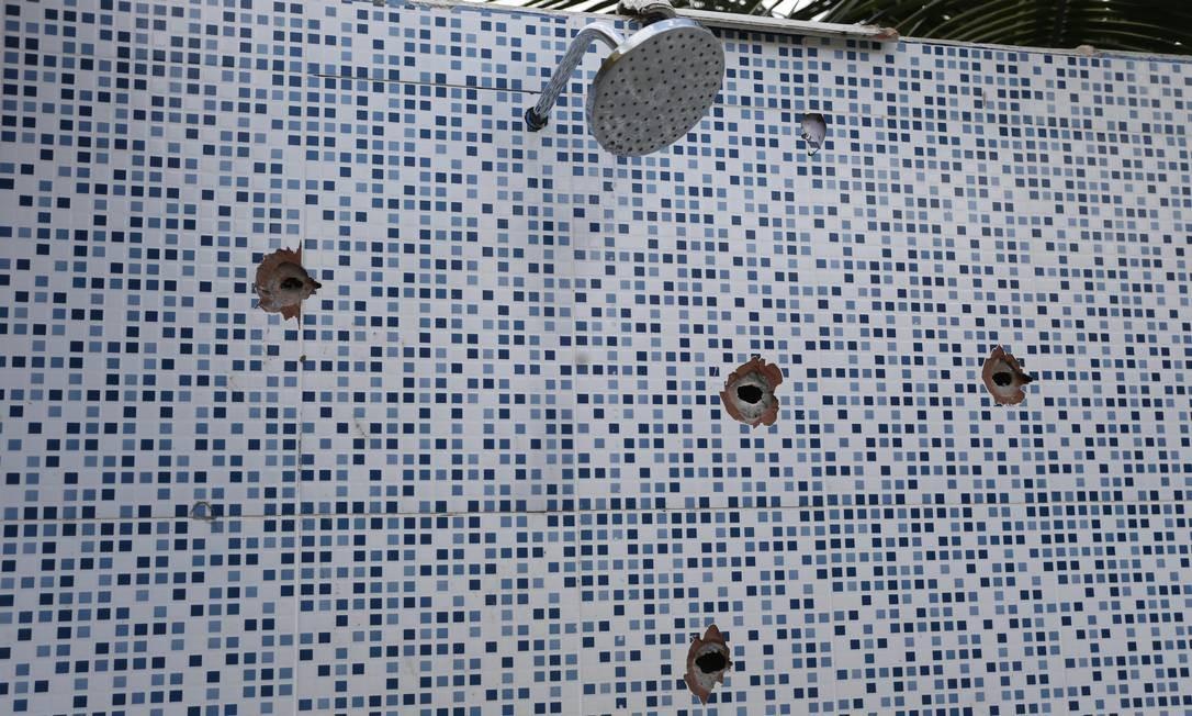 As marcar de balas na parede do sítio, onde milicianos entraram confronto com a polícia Foto: Antônio Scorza / Agência O Globo