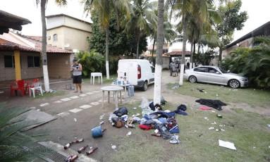 Roupas, bolsas e garrafas ficaram jogados no chão após operação Foto: Antônio Scorza / Agência O Globo