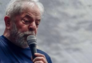 Lula durante discurso no Sindicato dos Metalurgicos do ABC, antes de se entregar à Polícia Federal Foto: MIGUEL SCHINCARIOL / AFP