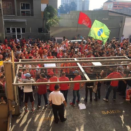 Manifestantes fecham saída de garagem onde está Lula Foto: Luís Lima / Agência O Globo