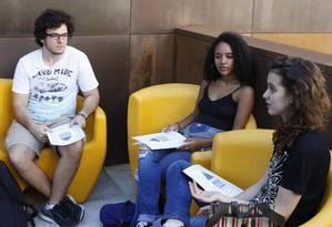 Jorge Sanches, Mariana Rodrigues e Júlia Amorim discutem a Base: para eles, estudantes devem ser ouvidos e MEC precisa ajustar política à realidade Foto: Agência O Globo