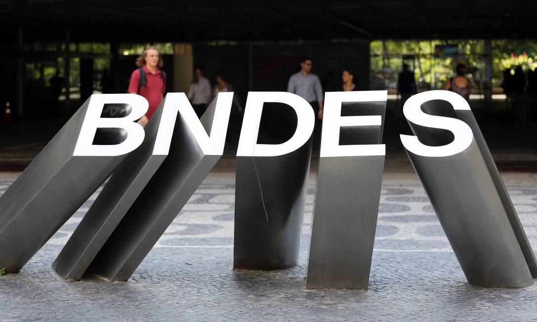 Venda de ações do BNDES na Fibria: ao aprovar a fusão entre as gigantes de celulose Fibria e Suzano, o BNDES se preparou para prestar contas ao TCU. A partir de consultas ao órgão, organizou procedimentos e fixou normas para a venda de ações para se antecipar às exigências da corte de contas, que questiona investimentos do banco na JBS. Foto: Lucas Tavares / Agência O Globo