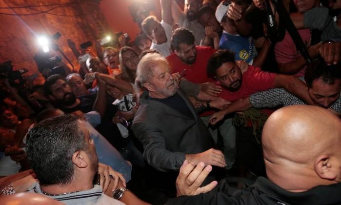 Resultado de imagem para Lula deixa sede do sindicato dos metalúrgicos e se entrega à PF
