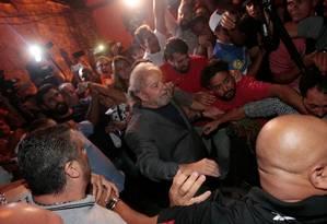 Lula deixa o Sindicato dos Metalúrgicos a pé Foto: STRINGER / REUTERS