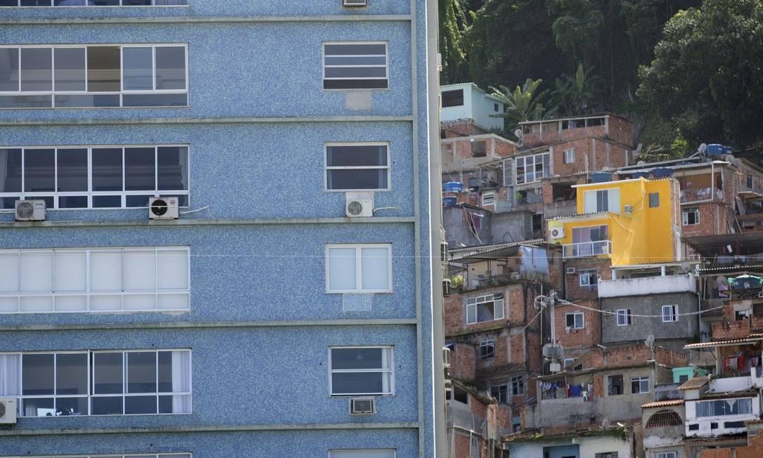 Prédio da Avenida Atlântica, no Leme. Ao fundo, a comunidade do Chapéu Mangueira Foto: / Márcia Foletto