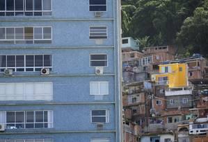 Prédio da Avenida Atlântica, no Leme. Ao fundo, a comunidade do Chapéu Mangueira Foto: Márcia Foletto