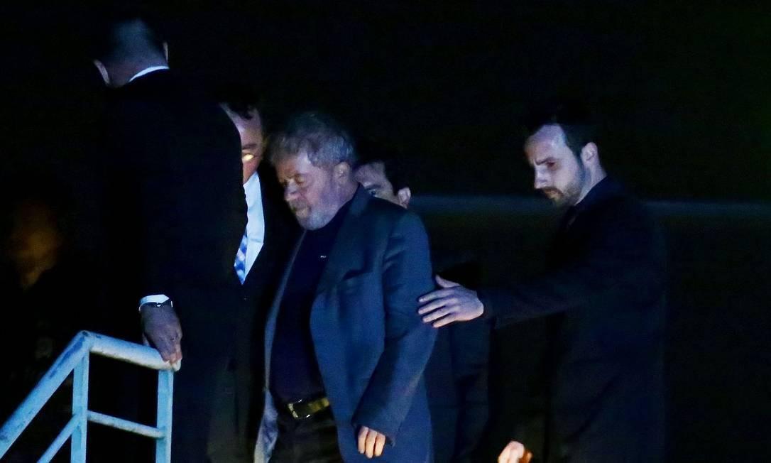 Lula chega à sede da Polícia Federal em Curitiba, no Paraná, sem algemas Foto: HEULER ANDREY / AFP