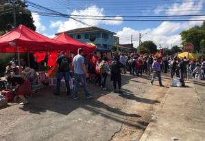 Acampados: manifestantes não puderam ficar na porta da PF porque o perímetro ao redor da superintendência está fechado Foto: Vinicius Sgarbe/AGÊNCIA O GLOBO