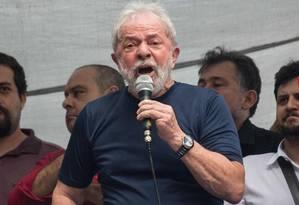 O ex-presidente Lula em discurso para militantes na sede do Sindicato dos Metalúrgicos do ABC em São Bernardo do Campo, no dia de sua prisão Foto: NELSON ALMEIDA / AFP