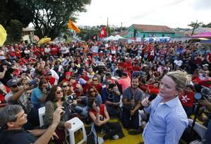 A presidente nacional do PT Gleisi Hoffman discursando em Curitiba em vigília contra prisão de Lula Foto: Pablo Jacob / Pablo Jacob