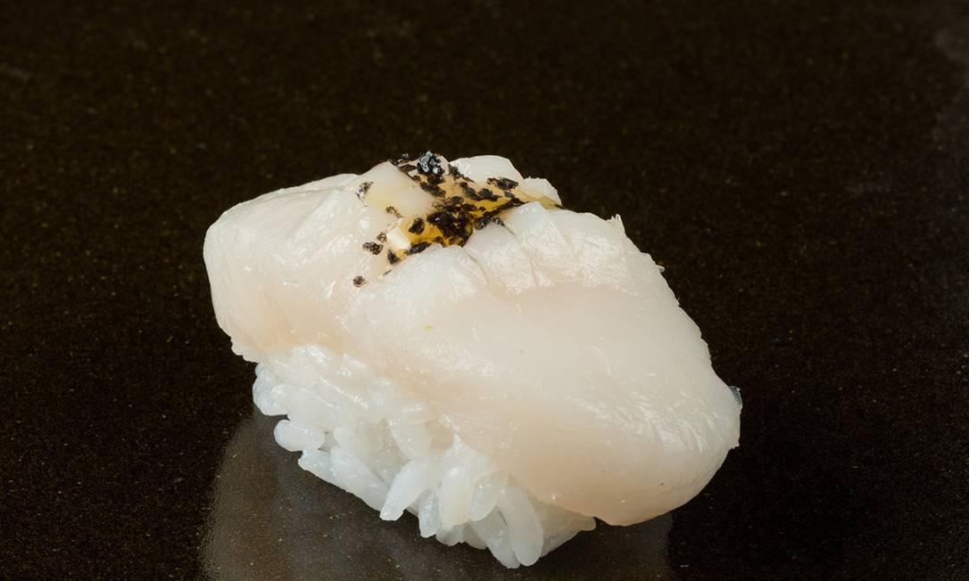 No Shin. As opções são as duplas de sushi de vieiras (R$ 34) ou as duplas de sushi de vieiras trufadas (R$ 43). Av. das Américas 8585 (3030-9092) Foto: Vitor Faria / Divulgação