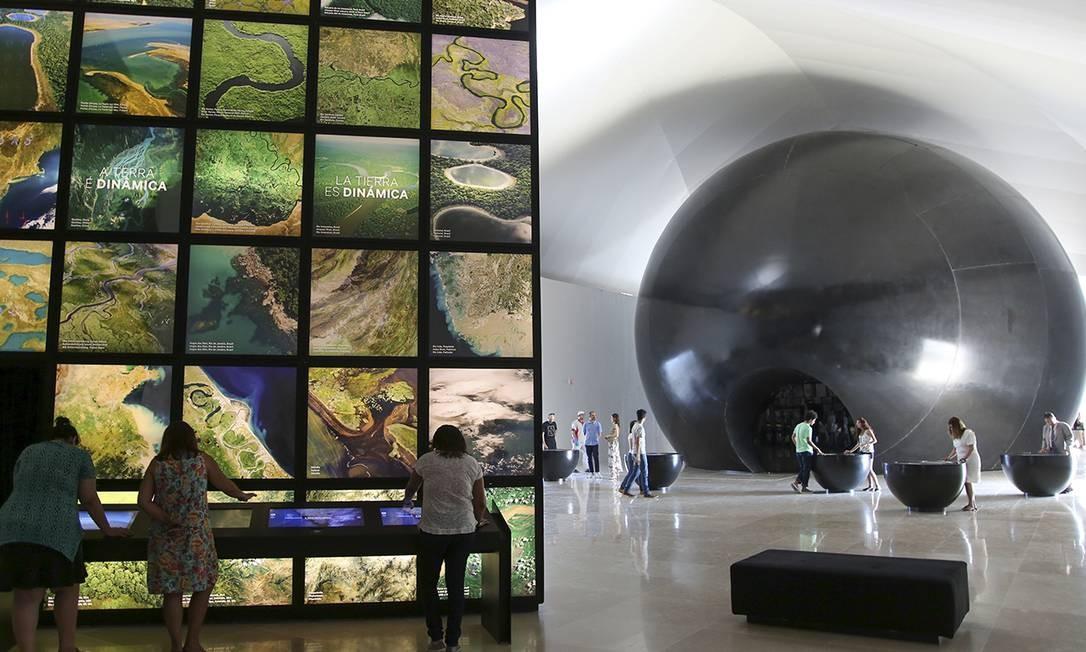 8. Exposição principal do Museu do Amanhã - Um percurso de perguntas. Esta é a proposta da exposição principal do museu. O passeio é uma narrativa em cinco partes: Cosmos, Terra, Antropoceno, Amanhãs e Nós. Juntas, as etapas somam mais de 40 experiências sensoriais, que envolvem diversidade natural, geologia, estudos da atmosfera e perspectivas sustentáveis para o futuro do planeta. A ideia é que os visitantes saiam de lá mais conscientes da participação humana nas mudanças da Terra Foto: Divulgação