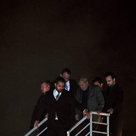 O ex-presidente Lula desembarca em Curitiba, a caminho da sede da PF onde começa a cumprir sua pena Foto: MAURO PIMENTEL / AFP