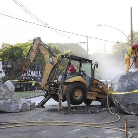 Funcionários da Geo-Rio trabalham para liberar a pista Foto: Marcos Ramos / Agência O Globo