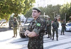 O coronel Cinelli, no Leme Foto: Marcos Ramos / Agência O Globo