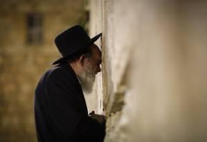 Judeu ortodoxo reza no Muro das Lamentações, em Jerusalém; local sagrado, na Cidade Velha, é o mais importante para o judaísmo e está no centro do conflito regional Foto: Pablo Jacob / Agência O Globo