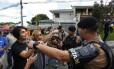 a deputada Manuela D'avila discute com policias após ser provocada por apoiador de Bolsonaro