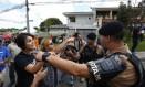 a deputada Manuela D'avila discute com policias após ser provocada por apoiador de Bolsonaro Foto: Pablo Jacob / Agência O Globo
