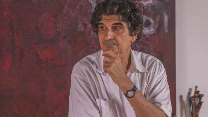 George Iso diante da tela 'Deep red', presente à exposição 'Pinturas abstratas' Foto: Divulgação