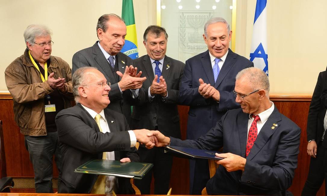 Em fevereiro de 2018, o chanceler brasileiro, Aloysio Nunes (de pé, à esquerda), participa de assinatura de acordo durante visita a Israel; na foto, estão o premier israelense, Benjamin Netanyahu (de pé, à direita), e os embaixadores dos dois países Foto: Arthur Max / AIG-MRE