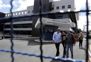 Deputados vão à Polícia Federal de Curitiba onde Lula está preso Foto: Pablo Jacob / Agência O Globo