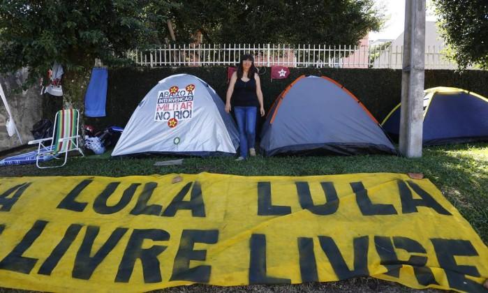 Só saímos daqui com Lula solto, diz Gleisi Hoffmann em Curitiba