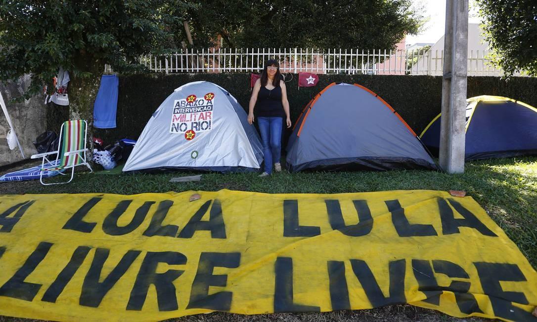Militantes fazem vigília em defesa de Lula em Curitiba Foto: Pablo Jacob / Agencia O Globo