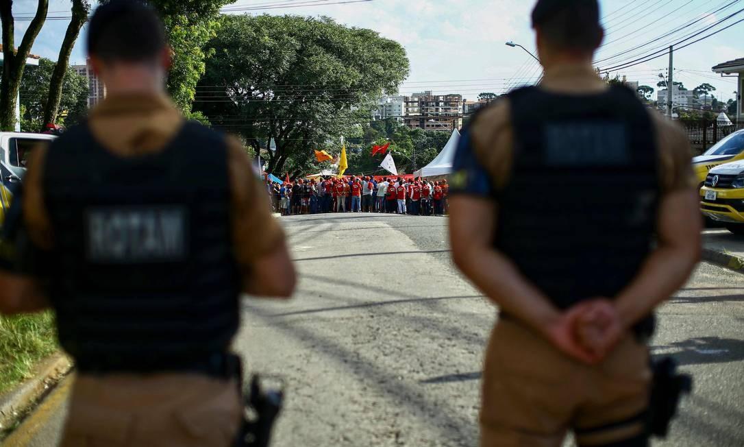 Policiais patrulham de perto o local Foto: HEULER ANDREY / AFP