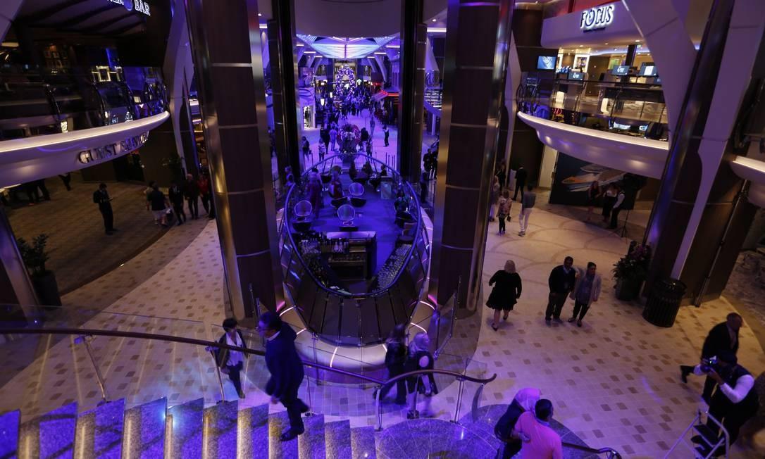 """Vista da """"alameda"""" principal do navio. Ele é 60 metros mais longo do que uma Torre Eiffel deitada Foto: Marcelo Carnaval / Agência O Globo"""