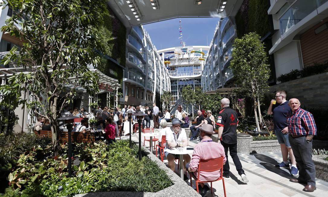 Central Park, área de jardins e restaurantes ao ar livre do navio Foto: Marcelo Carnaval / Agência O Globo