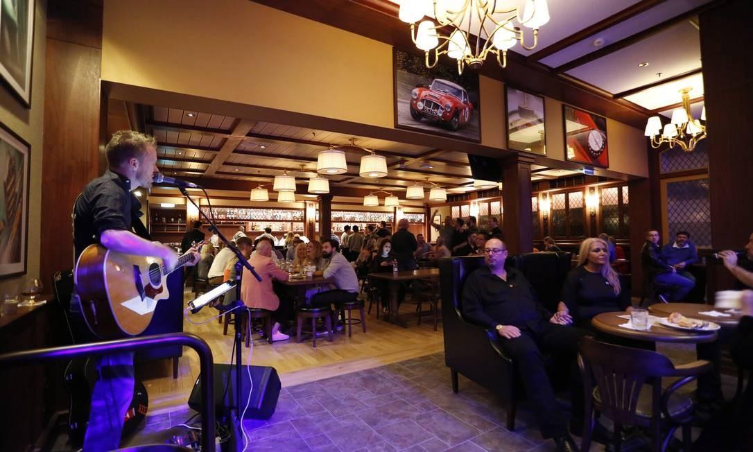 Vários cantores se apresentam em todos os 42 bares do navio Foto: Marcelo Carnaval / Agência O Globo