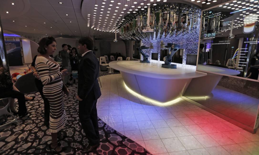 O bar onde o barman é um robô. A performance da máquina é melhor que o resultado Foto: Marcelo Carnaval / Agência O Globo