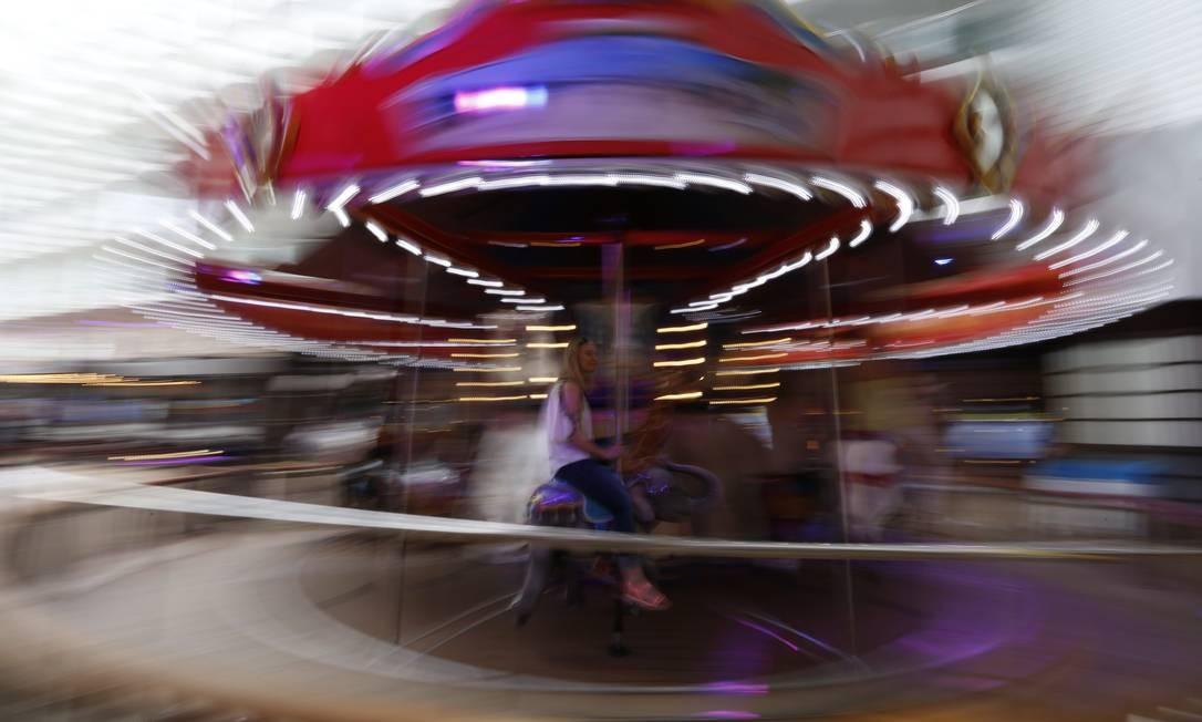 O carrossel em ação. Diversão para qualquer idade. Ao seu lado existe um salão de jogos antigos com, Mario Kart e Pac Man Marcelo Carnaval / Agência O Globo