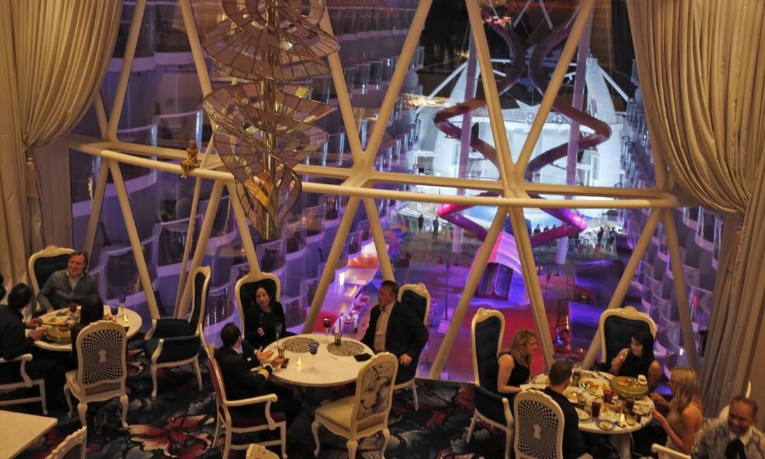 Jantar no Wonderland, de cozinha molecular. Um dos 25 restaurantes do barco Foto: Marcelo Carnaval / Agência O Globo