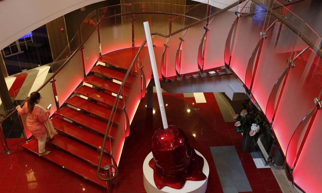 Esculturas estão espalhadas pelo navio. Além do pirulito derretido, tem um fusca amassado em forma de bola e dezenas de pipas amarradas no vão dos elevadores Foto: Marcelo Carnaval / Agência O Globo