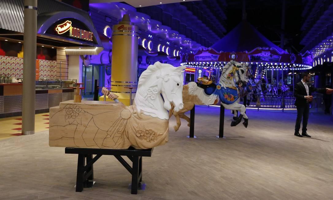 Único carrossel de madeira em navios de cruzeiro Marcelo Carnaval / Agência O Globo