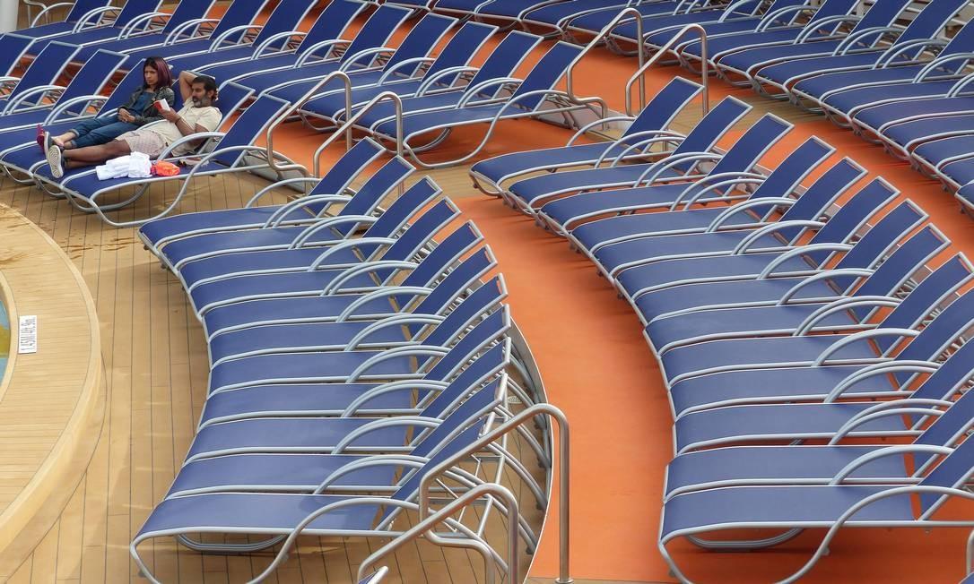 Espreguiçadeiras ao lado das piscinas Foto: Marcelo Carnaval / Agência O Globo