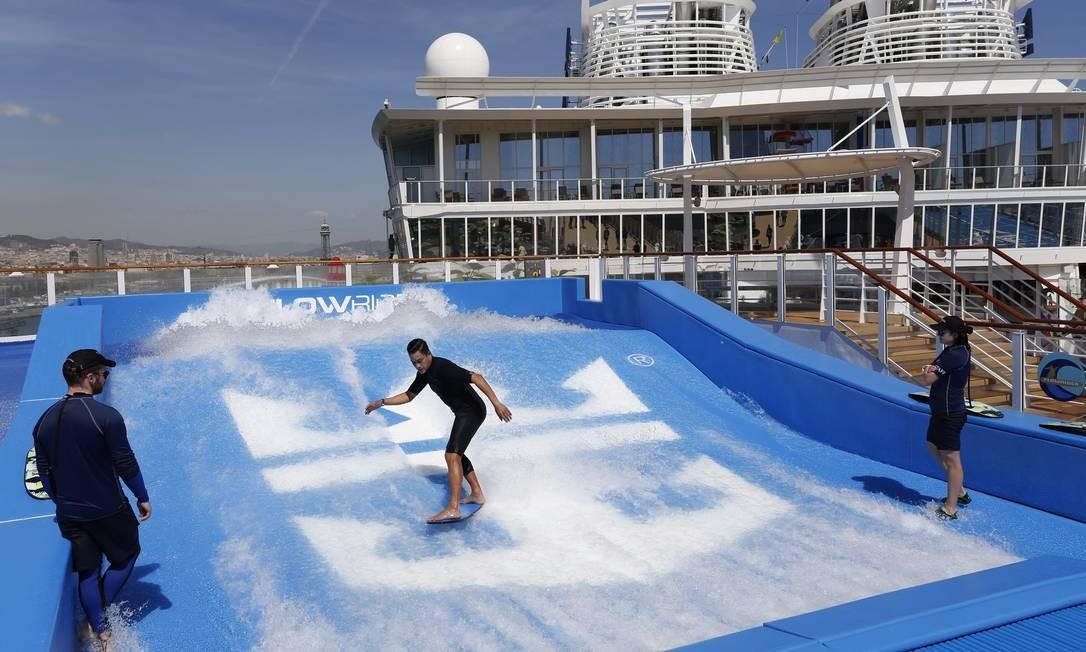 O navio conta com dois simuladores de surf Marcelo Carnaval / Agência O Globo