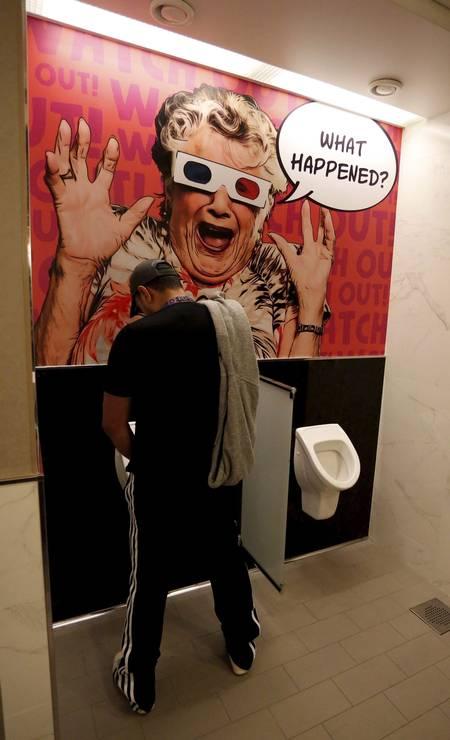 Até no banheiro você se diverte Foto: Marcelo Carnaval / Agência O Globo