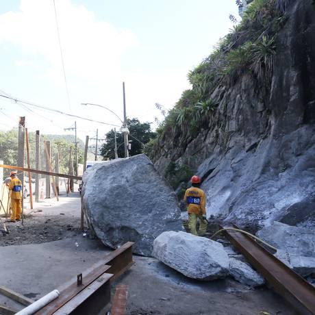 Pedras que rolaram para a Estrada do Itanhamgá Foto: Agência O Globo / Guilherme Pinto