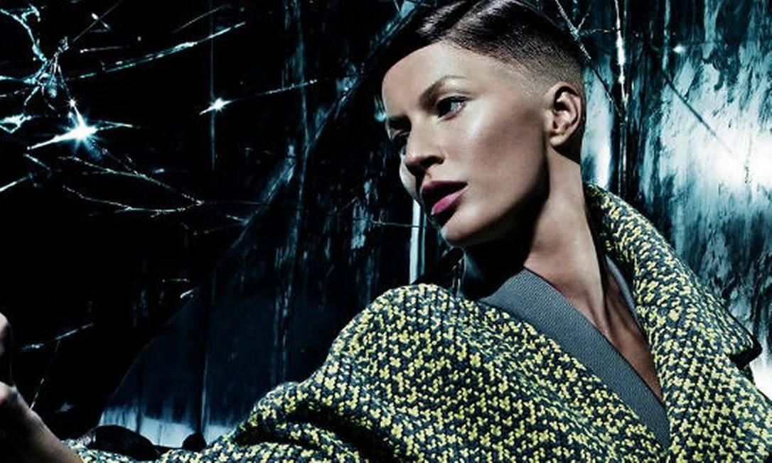 """A """"mudança"""" mais radical no look de Gisele foi feita para a campanha de inverno 2014/2015 da Balenciaga. O cabelo curtinho foi truque de tecnologia Divulgação"""