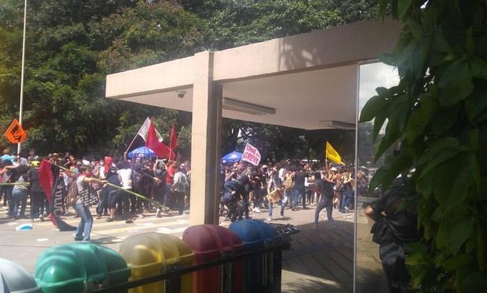Universitários fazem protesto contra corte no orçamento da UnB