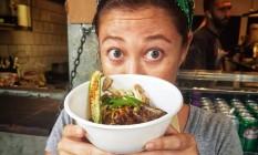A chef paulistana Liz Onishi prepara o macarrão japonês na Void Botafogo Foto: Divulgação