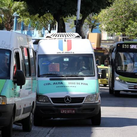 Van que deveria circular entre Cidade Alta e Brás de Pina roda em Bonsucesso Foto: Freelancer / Agência O Globo