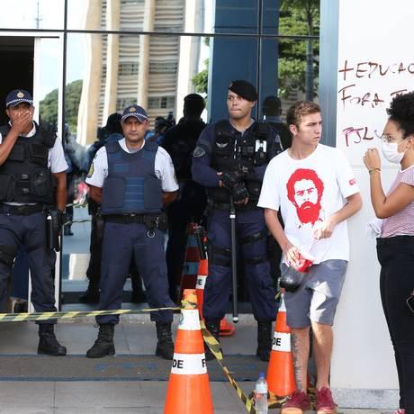 Estudantes ocupam prédio do FNDE Foto: Givaldo Barbosa / Agência O Globo