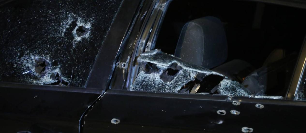 BMW foi atingida por diversos disparos Foto: ANTONIO SCORZA / Agência O Globo